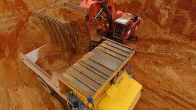 De ladingszand van het mijnbouwgraafwerktuig in kipwagenvrachtwagen bij zandsteengroeve Graafwerktuig Bucket stock videobeelden