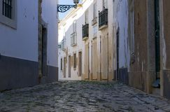 De lage hoekmening van cobbled straat in Faro, Algarve, Portugal royalty-vrije stock afbeelding