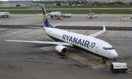 De lage kostenluchtvaartlijn Ryanair Boeing parkeerde bij de Internationale Luchthaven van Malta stock afbeeldingen