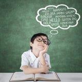 De lage schoolstudent leert vreemde talen Stock Foto's