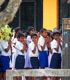 De lage schoolstudenten in Sri Lanka die Hun Ochtend hebben bidden vóór Klasse Royalty-vrije Stock Foto's