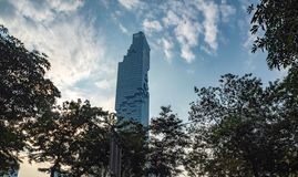 De lage woningbouw van de hoekmening op blauwe hemel met wolken in de avond achtergrond royalty-vrije stock foto