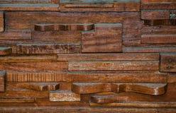 De lagen van hout bouwden het patroon van de ontwerpmuur in donkere bruine kleur op stock afbeelding