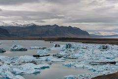 De Lagune en de Berg van de Jokulsarlongletsjer op Achtergrond Brede hoek Landschap Stock Afbeelding