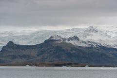 De Lagune en de Berg van de Jokulsarlongletsjer op Achtergrond Brede hoek met Sneeuwberg Royalty-vrije Stock Afbeeldingen