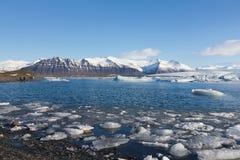 De lagune van de Jokulsarlonwinter met bergachtergrond Royalty-vrije Stock Afbeelding