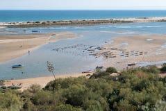 De lagune van Ria Formosa van de klip van het dorp wordt gezien dat stock foto's