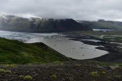 De lagune van de Svinafellsjökullgletsjer bij het Nationale Park van Skaftafell in dramatisch licht, IJsland stock foto