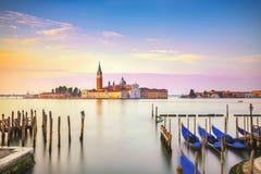 De lagune van Venetië, de kerk van San Giorgio, gondels en polen Italië Stock Fotografie