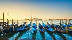 De lagune van Venetië, de kerk van San Giorgio, gondels en polen Italië royalty-vrije stock foto's