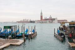 De lagune van Venetië, de kerk van San Giorgio, gondels en polen, Italië stock afbeelding