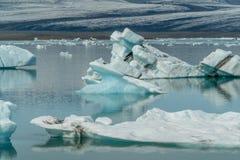 De lagunebaai van de Jokulsarlongletsjer met blauwe ijsbergen die op st drijven royalty-vrije stock foto