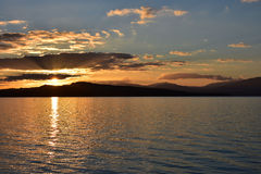 De Lak DE Neuchâtel in Zwitserland bij zonsondergang Stock Fotografie