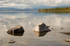 De Lama van het meer, de stenen in het water. Stock Foto's