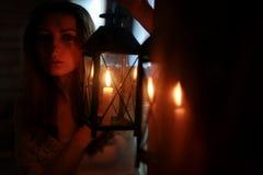De lamp donkere nacht van de vrouwenkaars Royalty-vrije Stock Afbeelding