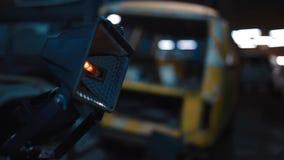 De lamp gaat op de bouwwerf uit stock footage