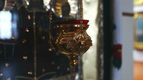 De lamp met een kaars wordt aangestoken in de kerkgodsdienst stock footage
