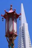 De lamp van de Chinatown en Piramide Transamerica Stock Afbeelding