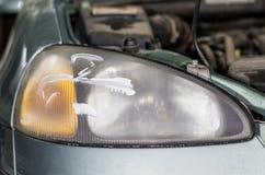 De lamp van de close-upauto of het voorkoplamp oppoetsen, vernieuwde koplamp stock fotografie