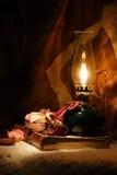 De lamp van de olie en een oud boek Royalty-vrije Stock Foto