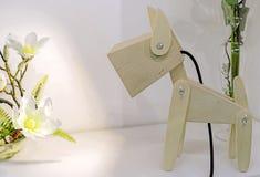 De lamp van kinderen in de vorm van een houten doggie stock afbeeldingen
