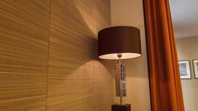 De lamp van Nice standign in de hotelruimte stock footage