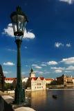 Lantaarnpaal op Charles Bridge, het kasteelmening van Praag Stock Afbeeldingen