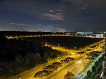 De lampen en de auto's van het nachtlandschap… op de straat stock foto
