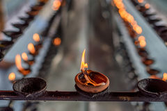De lampen van de kokosnotenolie in tempel stock afbeelding