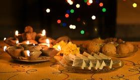 De Lampen van Diwali met Indische Snoepjes Royalty-vrije Stock Foto