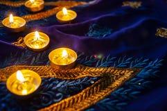 De lampen van de vlamkaars voor de avondgebeden Diwaliverlichting stock fotografie