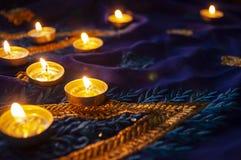 De lampen van de vlamkaars voor de avondgebeden Diwaliverlichting stock afbeeldingen