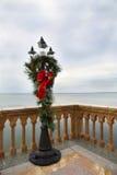 De Lamppost van Oldetyme voor Kerstmis wordt verfraaid die royalty-vrije stock fotografie