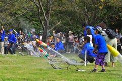 De lancering van de raket door kinderen tijdens open-hous JAXA Stock Foto