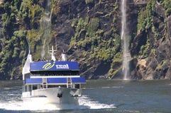 De lancering van de toerist bij Milford Geluid, Nieuw Zeeland Stock Foto's