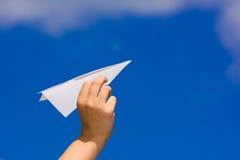 De lancering van een document vliegtuig Stock Foto