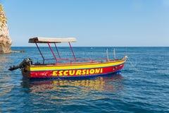 De lancering van sloep bij het strand van Taormina, Sicilië, Italië Stock Foto's