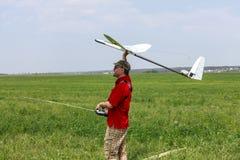 De lanceringen van de mens in het hemelRC zweefvliegtuig Royalty-vrije Stock Fotografie