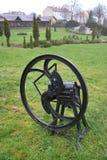 De landbouw mechanische molen ligt op een gras Royalty-vrije Stock Fotografie