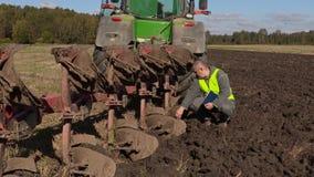 De landbouwer controleerde zes meters ploeg stock video