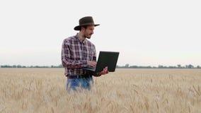 De landbouwer in hanteert stock footage