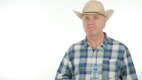 De landbouwer Image Keeping In overhandigt een Fles met Zoet water royalty-vrije stock fotografie