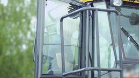 De landbouwer inspecteert tractor` s cabine en stelt vragen aan verkoper stock videobeelden