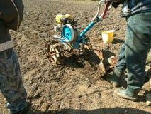 De landbouwer ploegt de grond Royalty-vrije Stock Afbeelding
