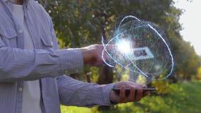 De landbouwer toont hologram met computermicrochip stock videobeelden