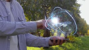De landbouwer toont hologram met grote passagiersvliegtuigen stock video