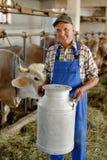 De landbouwer werkt aan het organische landbouwbedrijf stock afbeeldingen