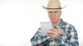 De landbouwer Working Take Notes las en schrijft in Agenda stock fotografie