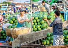 De landbouwers glimlachen handels landbouwproducten op het drijven markt stock foto's