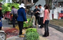 Pengzhou, China: Landbouwers die Greens van het Knoflook wegen Royalty-vrije Stock Foto's